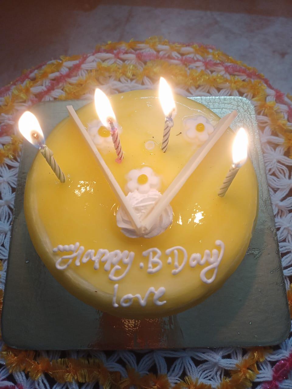 Round Pineapple Cream Cake