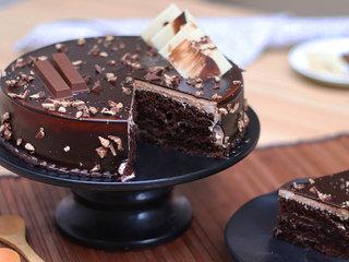 Sliced KitKat Delight Chocolate Cake in Noida