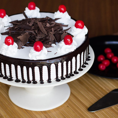 https://media.bakingo.com/sites/default/files/black-forest-cake-in-ghaziabad-cake0830flav-a.jpg