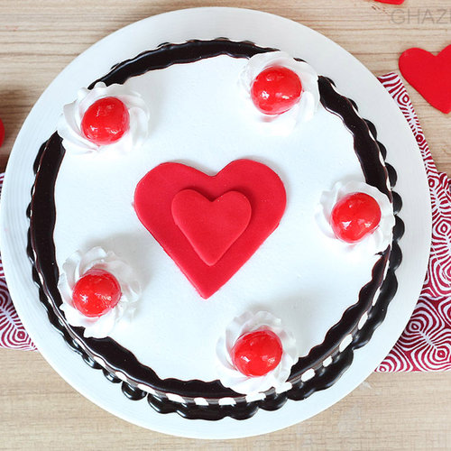 https://media.bakingo.com/sites/default/files/black-forest-with-heart-cake-in-ghaziabad-cake0946flav-b.jpg