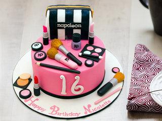 Makeup fondant cake for girl