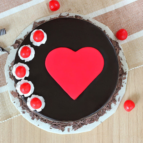 https://media.bakingo.com/sites/default/files/cherry-bomb-cake0370blac-310118-B.jpg