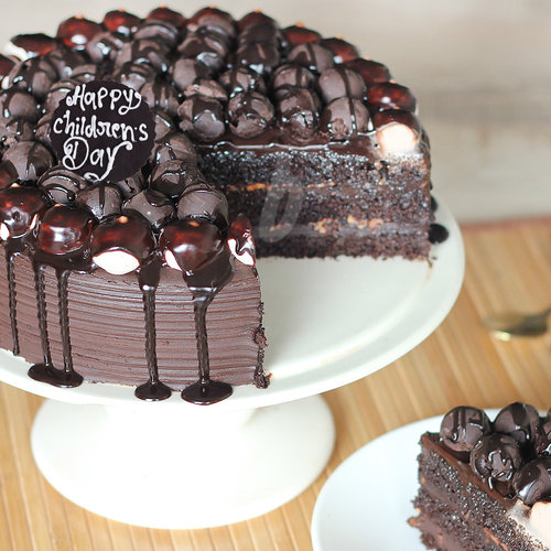 https://media.bakingo.com/sites/default/files/childrens-day-snickers-chocolate-cake-cake968choc-B.jpg