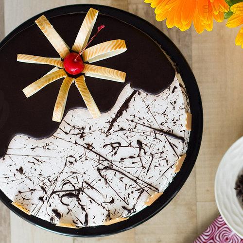 https://media.bakingo.com/sites/default/files/choco-vanilla-cake-in-bangalore-cake0979flav-c.jpg