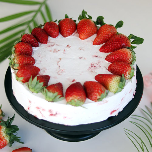 https://media.bakingo.com/sites/default/files/delicious-strawberry-cake-cake1728stra-A.jpg