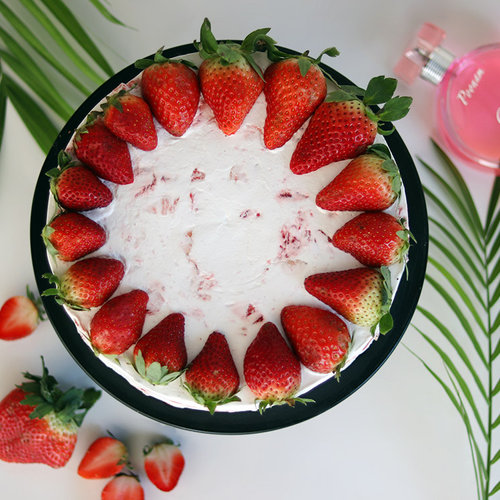 https://media.bakingo.com/sites/default/files/delicious-strawberry-cake-cake1728stra-B.jpg