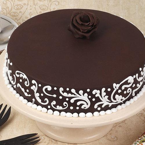 https://media.bakingo.com/sites/default/files/fondant-cake-with-rose-them1752flav-A.jpg