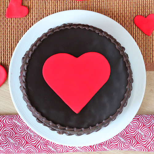 https://media.bakingo.com/sites/default/files/fondant-heart-truffle-cake-in-ghaziabad-cake0948flav-b.jpg