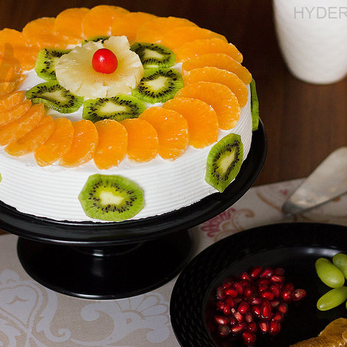 https://media.bakingo.com/sites/default/files/fresh-fruit-cake-in-hyderabad-cake1210flav-a.jpg