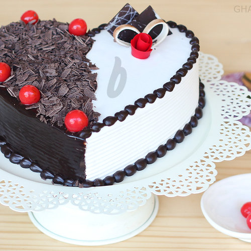 https://media.bakingo.com/sites/default/files/front-view-of-heart-shaped-black-forest-vanilla-cake0865flav-b.jpg