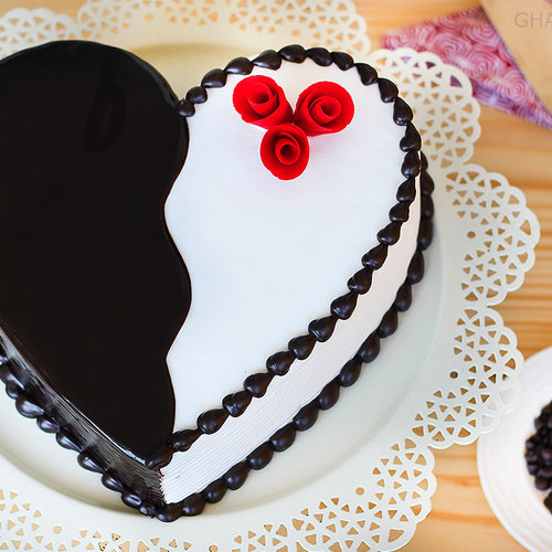 https://media.bakingo.com/sites/default/files/heart-shape-choco-vanilla-cake-in-ghaziabad-cake0863flav-a.jpg