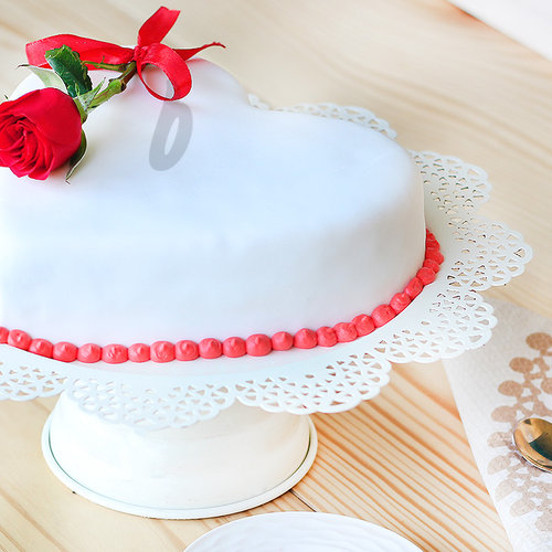 https://media.bakingo.com/sites/default/files/heart-shaped-fondant-vanilla-cake-B.jpg