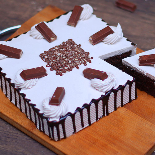 https://media.bakingo.com/sites/default/files/kitkat-black-forest-cake-cake1278chbl-C.jpg