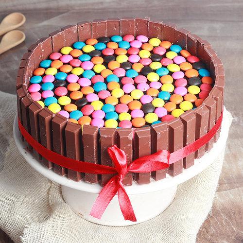 https://media.bakingo.com/sites/default/files/kitkat-cake-n-gems-topping-cake1786choc-A_0.jpg