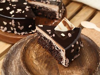 Sliced View of Choco Crunch KitKat Cake with ingredients