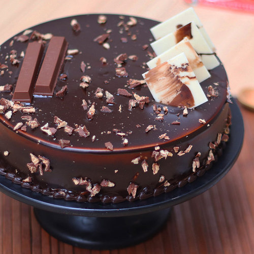 https://media.bakingo.com/sites/default/files/kitkat-chocolate-cake-cake1230choc-A.jpg