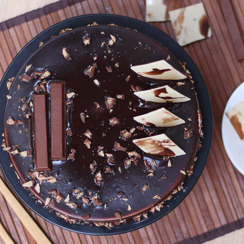 https://media.bakingo.com/sites/default/files/kitkat-chocolate-cake-cake1230choc-B.jpg