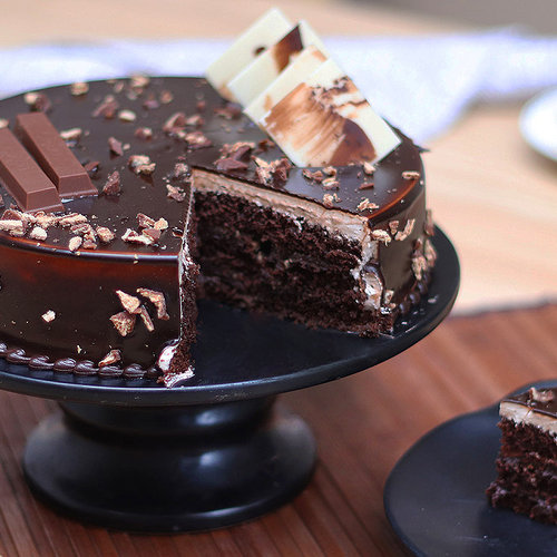 https://media.bakingo.com/sites/default/files/kitkat-chocolate-cake-cake1230choc-C.jpg
