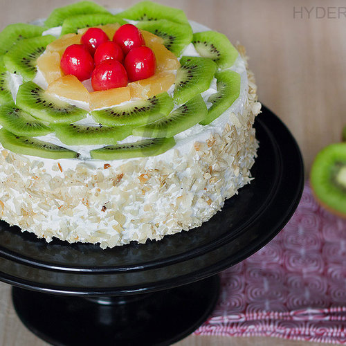 https://media.bakingo.com/sites/default/files/kiwi-fruit-cake-in-hyderabad-cake1158flav-a.jpg