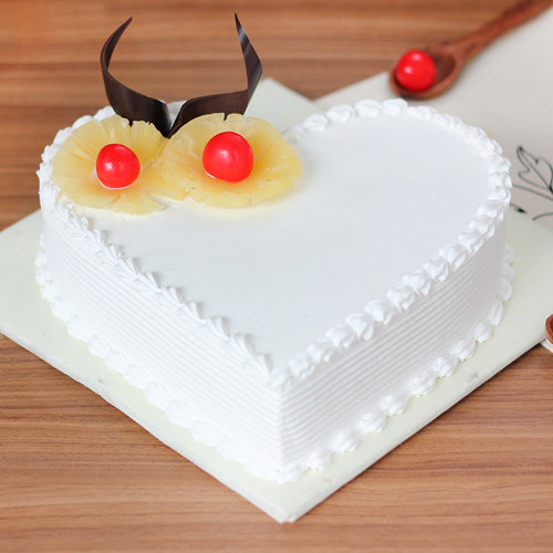 https://media.bakingo.com/sites/default/files/pineapple-heart-shaped-cake-1-cake1495pine-A.jpg