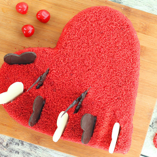 https://media.bakingo.com/sites/default/files/red-velvet-heart-shaped-cake-cake1274redv-B.jpg