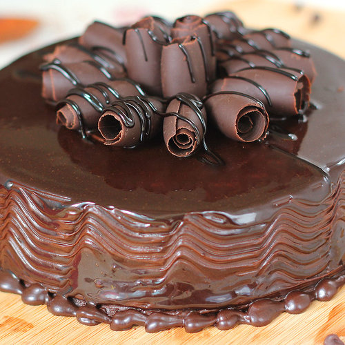 https://media.bakingo.com/sites/default/files/round-shaped-chocolate-cake-1-cake1512choc-C.jpg