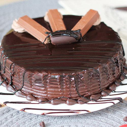 https://media.bakingo.com/sites/default/files/round-shaped-chocolate-with-kitkat-cake-5-cake2019choc-C.jpg