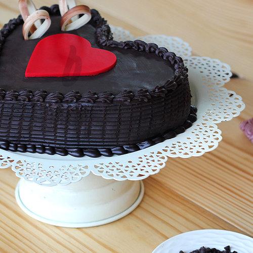 https://media.bakingo.com/sites/default/files/side-view-of-double-heart-choco-truffle-cake-in-delhi-cake0776flav-b.jpg