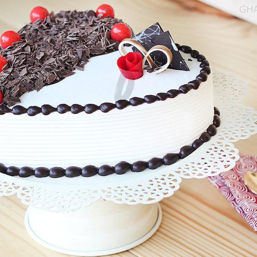 https://media.bakingo.com/sites/default/files/side-view-of-heart-shaped-black-forest-vanilla-cake-in-ghaziabad-cake0865flav-c.jpg