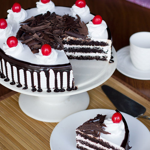 https://media.bakingo.com/sites/default/files/sliced-view-of-black-forest-cake0830flav-b.jpg