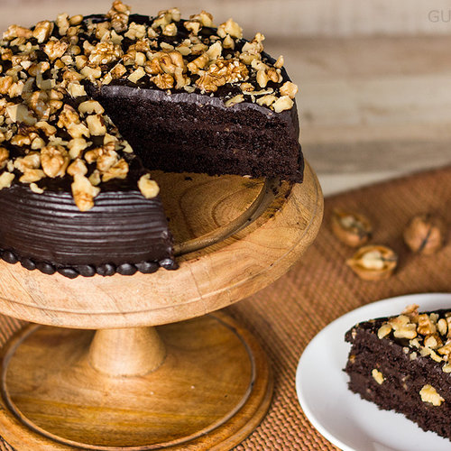 https://media.bakingo.com/sites/default/files/sliced-view-of-chocolate-nut-cake-in-gurgaon-cake0805flav-c.jpg