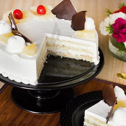 https://media.bakingo.com/sites/default/files/sliced-view-of-pineapple-cake0845flav-b.jpg
