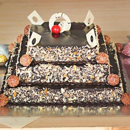 https://media.bakingo.com/sites/default/files/styles/product_image/public/3-tier-chocolate-cake-1-part0680choc-A.jpg?tr=h-500,w-500