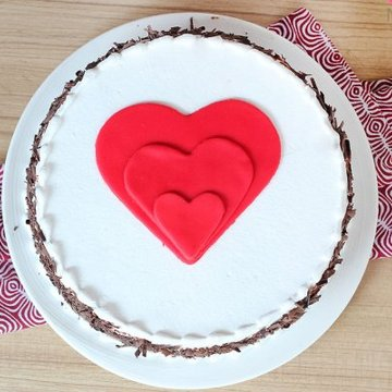 https://media.bakingo.com/sites/default/files/styles/product_image/public/black-forest-heart-gateau-in-noida-cake1108flav-b.jpg?tr=h-360,w-360