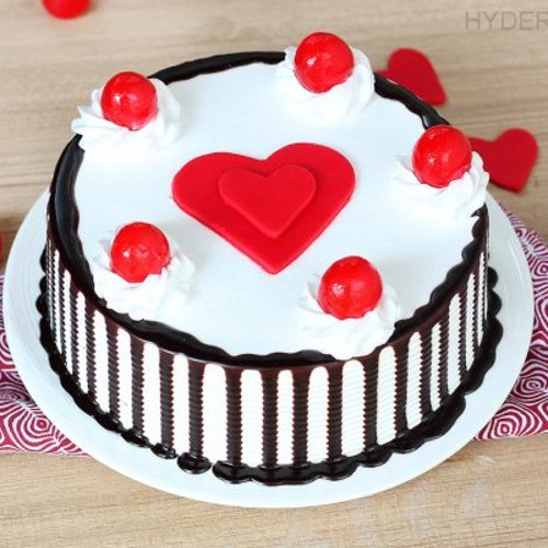https://media.bakingo.com/sites/default/files/styles/product_image/public/black-forest-with-heart-cake-in-hyderabad-cake1178flav-a.jpg?tr=h-500,w-500