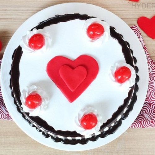 https://media.bakingo.com/sites/default/files/styles/product_image/public/black-forest-with-heart-cake-in-hyderabad-cake1178flav-b.jpg?tr=h-500,w-500