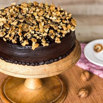 https://media.bakingo.com/sites/default/files/styles/product_image/public/chocolate-nut-cake-in-gurgaon-cake0805flav-a.jpg?tr=h-360,w-360