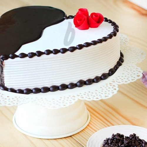 https://media.bakingo.com/sites/default/files/styles/product_image/public/heart-shaped-choco-vanilla-cake-B.jpg?tr=h-500,w-500