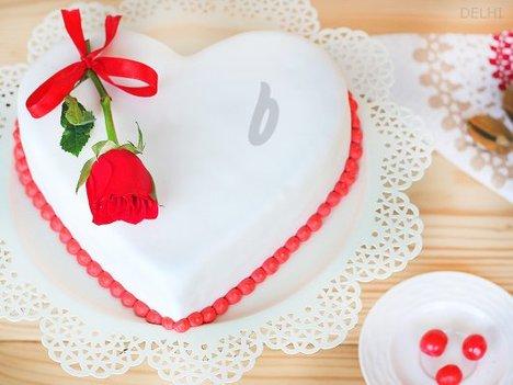 Heart Shaped Vanilla Strawberry Cake in Delhi