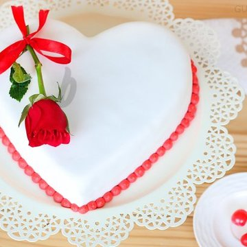 https://media.bakingo.com/sites/default/files/styles/product_image/public/heart-shaped-fondant-vanilla-cake-in-ghaziabad-cake0976flav-a.jpg?tr=h-360,w-360