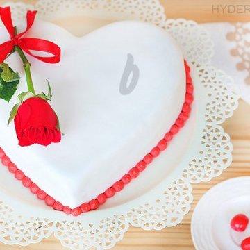 https://media.bakingo.com/sites/default/files/styles/product_image/public/heart-shaped-fondant-vanilla-cake-in-hyderabad-cake1208flav-a.jpg?tr=h-360,w-360