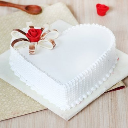 https://media.bakingo.com/sites/default/files/styles/product_image/public/heart-shaped-vanilla-cake-3-cake0613hvan-A.jpg?tr=h-500,w-500