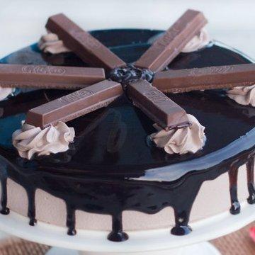 https://media.bakingo.com/sites/default/files/styles/product_image/public/kit-kat-cake-C.jpg?tr=h-360,w-360