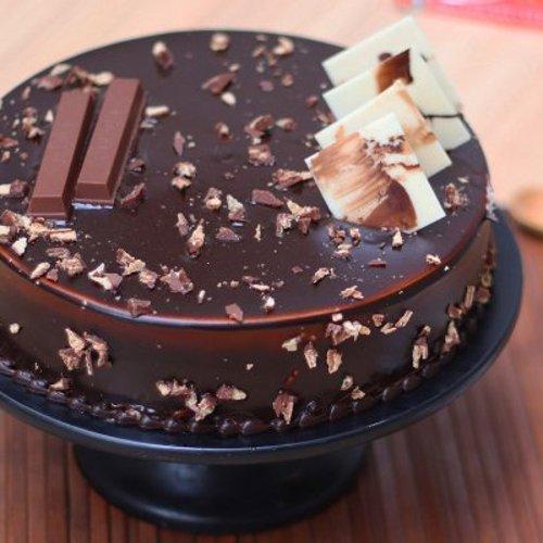 https://media.bakingo.com/sites/default/files/styles/product_image/public/kitkat-chocolate-cake-cake1119choc-A.jpg?tr=h-500,w-500