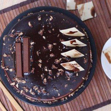 https://media.bakingo.com/sites/default/files/styles/product_image/public/kitkat-chocolate-cake-cake1119choc-B.jpg?tr=h-360,w-360