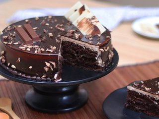 Sliced View of KitKat Chocolate Cake in Ghaziabad