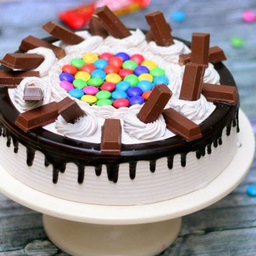 https://media.bakingo.com/sites/default/files/styles/product_image/public/kitkat-with-gems-cake-cake1120choc-A_1.jpg?tr=h-500,w-500