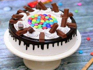 Crisp Sugary KitKat Gems Cake in Delhi
