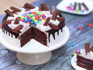 Sliced Snowy KitKat Gems Cake in Ghaziabad