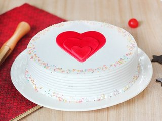 Vanilla cream cake with 3 fondant hearts